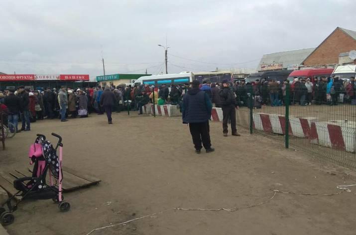 Вот так выглядит очередь на КПВВ в Станице Луганской