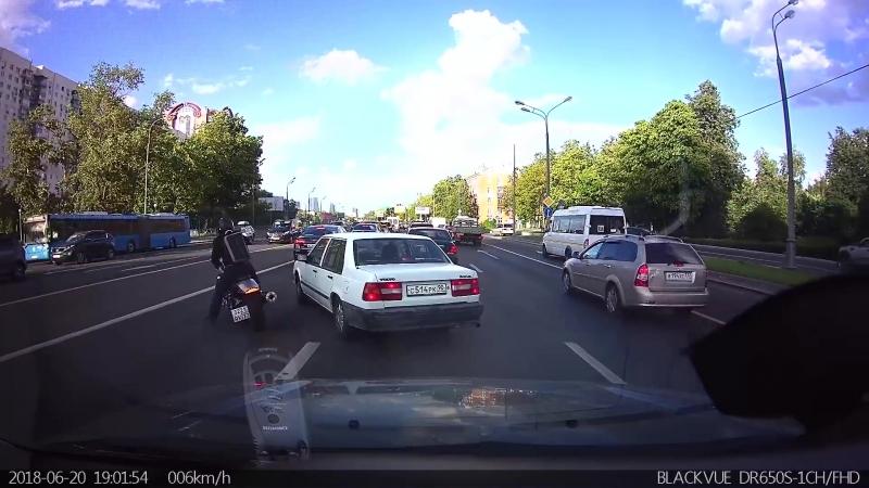 Мотоциклист успел увернуться от автомобиля на Можайском шоссе