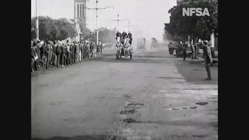 Подразделение пожарной бригады едет по улице Кинга Уильяма в Аделаиде