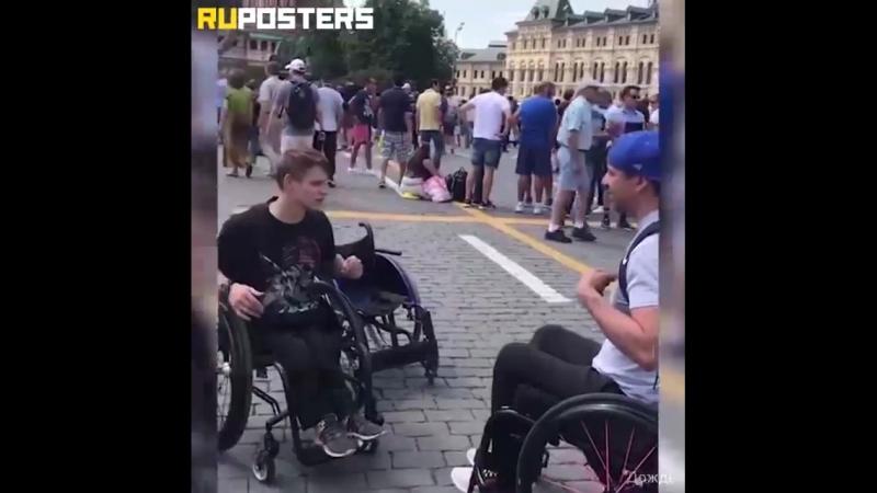 Немного милости.. В Москве американский болельщик увидел у российского фаната старое инвалидное кресло и подарил ему свое, новое