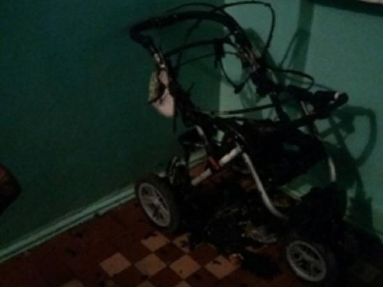 Неизвестные сожгли детскую коляску прямо в подъезде Малоярославца
