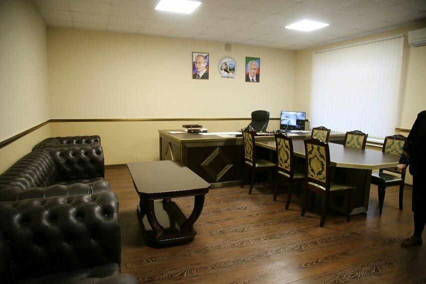 Кабинет директора 20-й школы города Дербент и окна, санузлы и стулья в этой же школе. Почувствуй разницу!