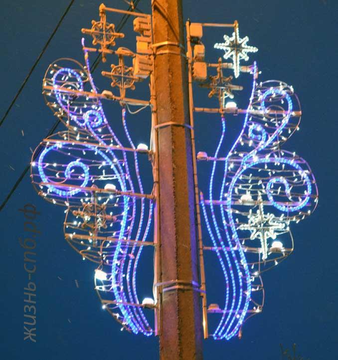 Украшение столба уличного светильника на улице Нахимова.