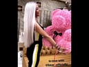 Девушка блондинка,очень довольна подарком мишки из роз
