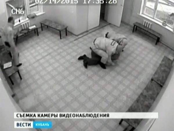 Полицейский избил задержанного