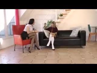Опытная дама совращает молодую подругу