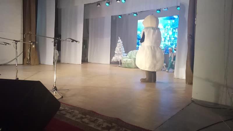 Дети из детского сада Ромашка поют на утреннике Новогодняя игрушка. Покровск, Якутия. 16.12.2018