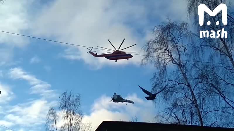 Вертолет перевозит истребитель на низкой высоте Видео прикол