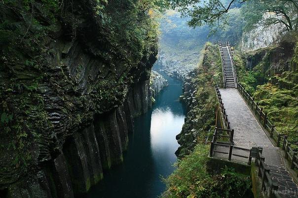 Ущелье Такатихо в Японии Ущелье Такатихо сравнительно небольшая по протяженности, но чрезвычайно живописная достопримечательность Японии. Его стены из вулканических базальтовых пород (до ста