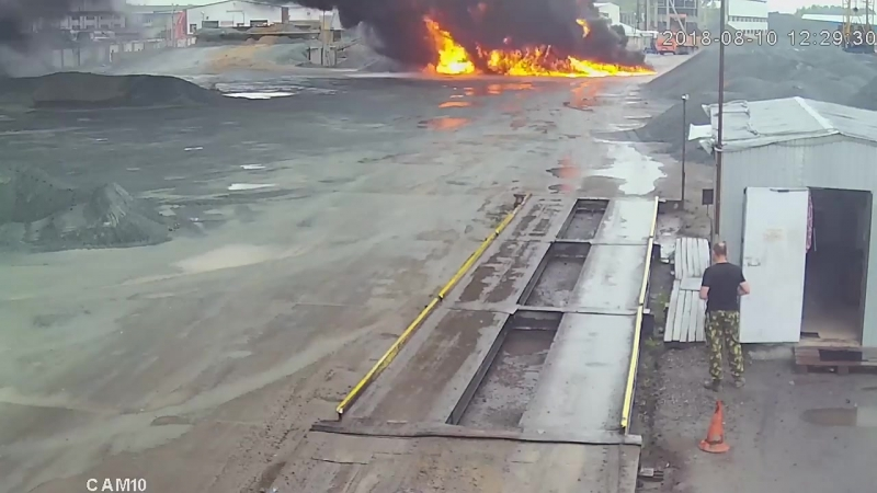 НГС публикует запись с началом крупного пожара на омском заводе Вблизи
