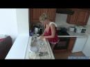 Мамка с голыми сиськами моет посуду не стесняясь брата мужа