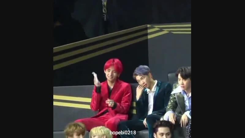 One of the staff member gave taehyung tissues so he can wipe the dye off his face and plea