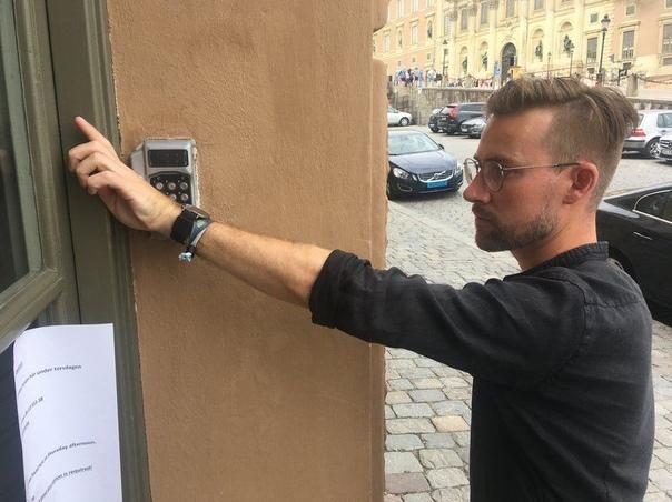тысячи шведов вживили в себя микрочипы ключи от квартиры и машины, банковские карты, билеты на поезд, проездные в метро, визитки, клубные карты и абонементы в тренажерные залы, - все это добро
