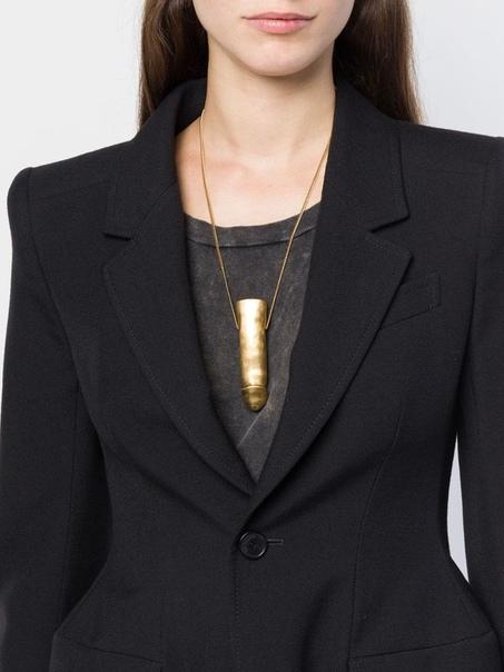 внушительный кулон-фаллос от дома высокой моды за $700 французский дом высокой моды, yves saint laurent, представил роскошный кулон-фаллос на цепочке. за привилегию носить на груди болтающееся