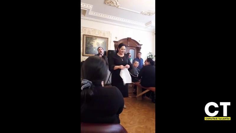 Антон Бузылев поет для гостей песню про родителей!