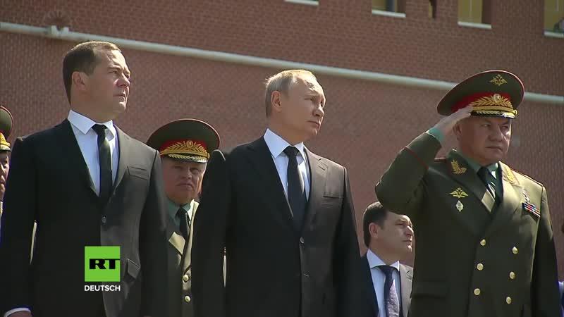 Putin legt Kranz am Grab des unbekannten Soldaten in Moskau nieder