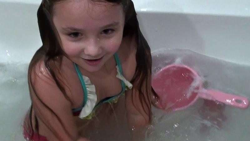 АНДЖЕЛИНА ОТКРЫЛА КУПАЛЬНЫЙ СЕЗОН В ВАННЕ 2 часть ANJELINA PLAYS IN THE BATH WITH HER TOYS 2part