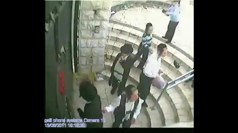 В Израиле с младых ногтей приучают к толерантности и веротерпимости, ведь там - колыбель основных мировых религий! Еврейские пац