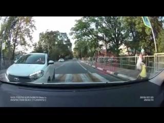 В Сочи иномарка сбила мотоциклиста, притормозившего на зебре и заодно пешеходов
