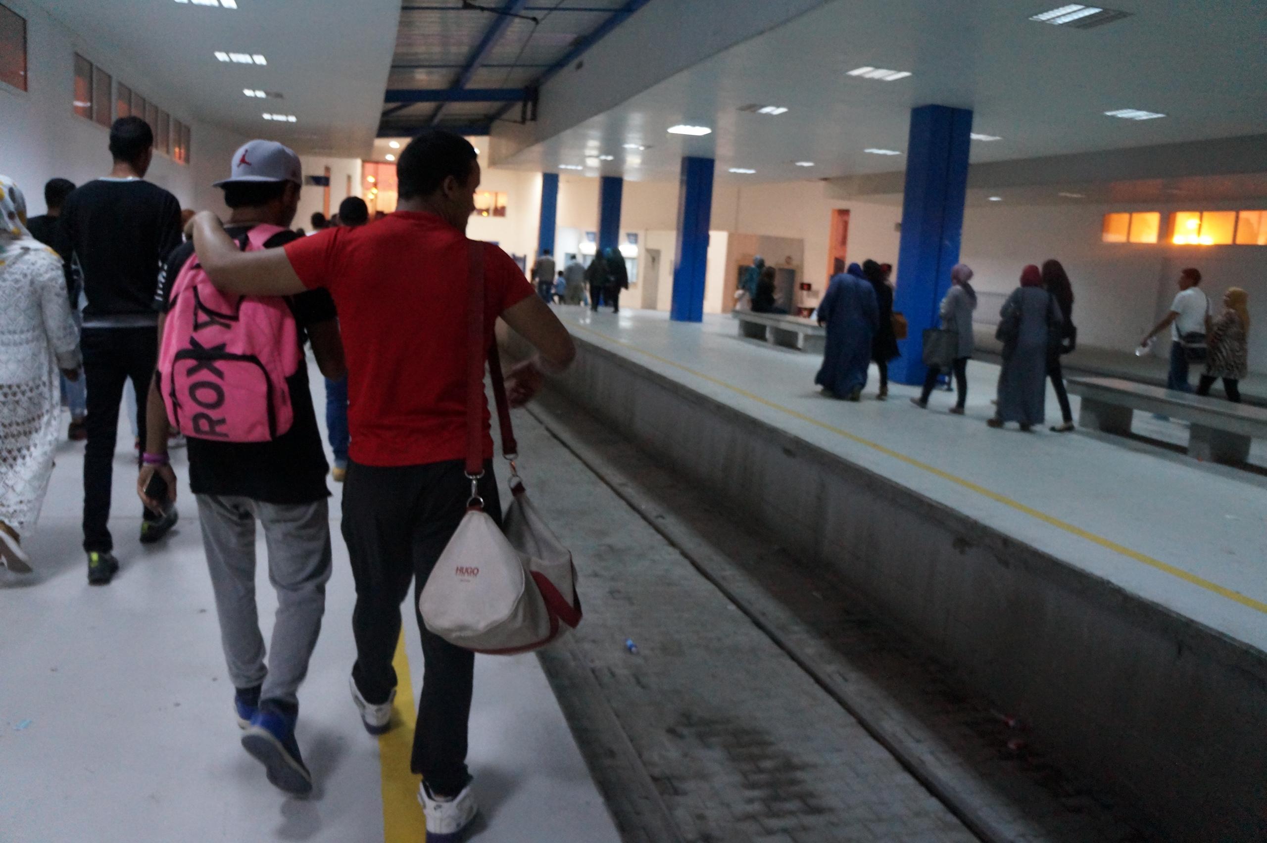Опасный Тунис туристов, посольства, поезда, Тунисе, самом, местные, чтобы, улицу, страны, просто, Сначала, военных, Карфагена, французского, выволокли, думал, висела, парня, груди, какогото