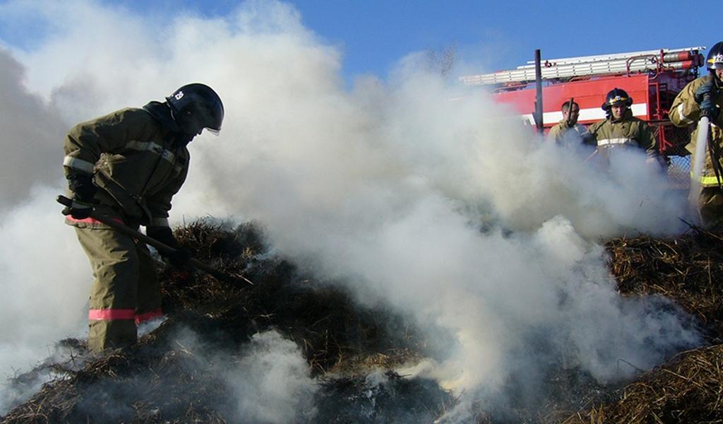 На восточной окраине станицы Зеленчукской загорелось сено