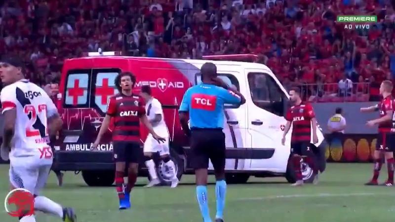 Футболисты подтолкнули автомобиль скорой помощи The players pushed the ambulance