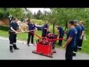 Работа с ручной мотопомпой начала 20 века в международном пожарном лагере в Хорватии