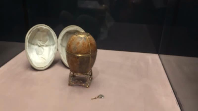 яйцо из карельской березы 1917 г последнее пасхальное яйцо изготовленное и врученное царской семье фирмой Фаберже