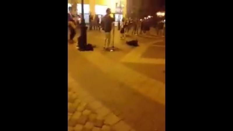 Самый центр оккупированного Крыма . В Симферополе парень поёт песню «Океана Эльзы»