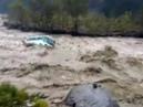 В Индии туристический автобус смыло со стоянки в реку - Россия Сегодня