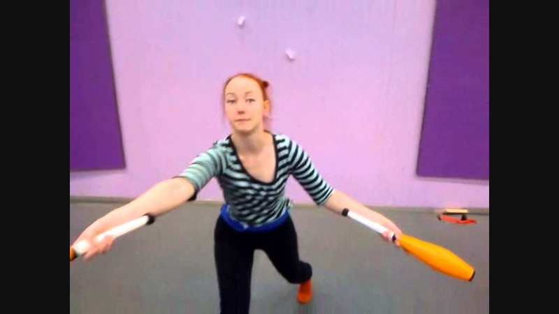 Sirkus Magenta tricks and tutorials: 3 club juggling with Maria