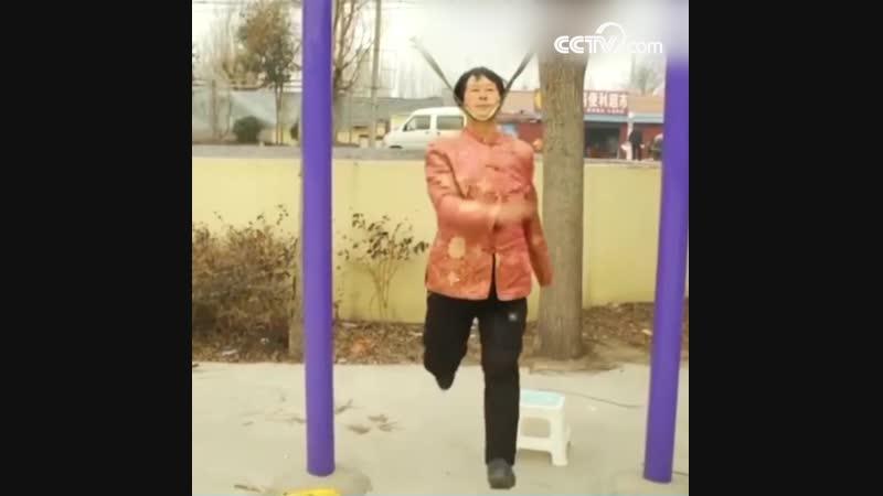 68-летняя китаянка создала необычный способ укреплять здоровье