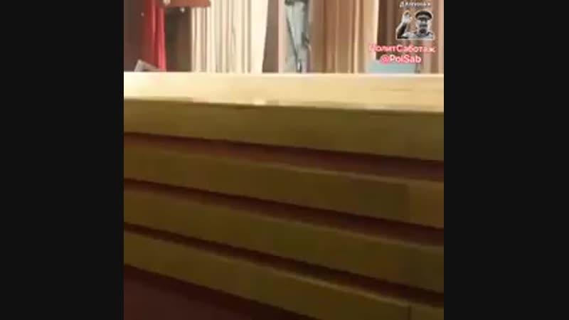 Золoтов свой клоунский наряд вообще что ли не снимает! - - Кстати, в этом ролике оно залез.mp4