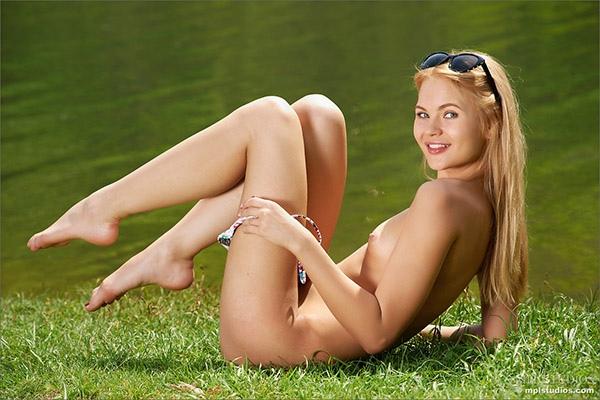 Eerste persoons aanzicht sex met een sexy blondine