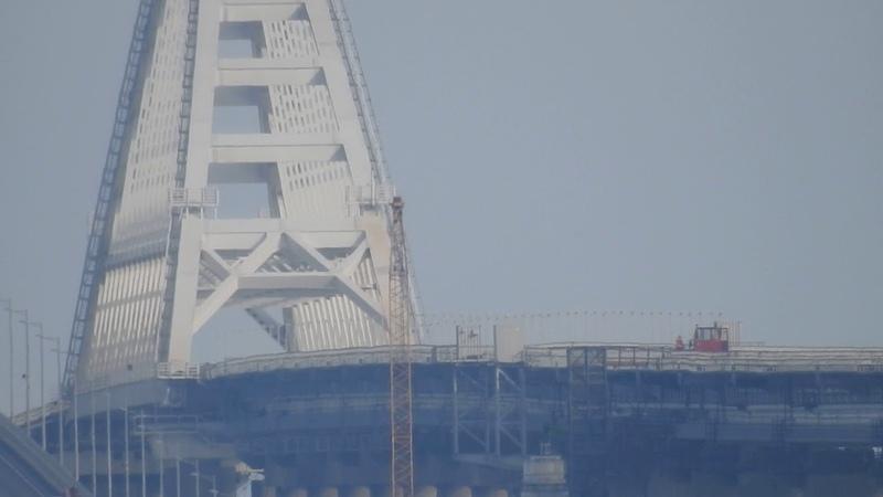 Мото-дрезина возле ж-д арки.Башенный кран всё меньше.Керчь мост.