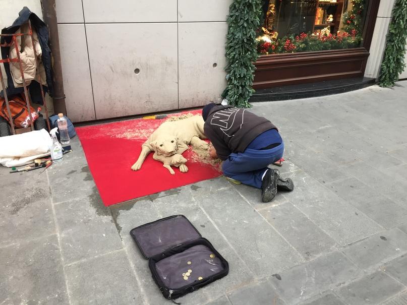 Отчет о путешествии в Италию Пиза и Флоренция. Мужичок делает собачку из песка