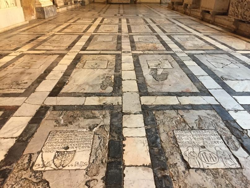 Отчет о путешествии в Италию Пиза и Флоренция. Обратите внимание, что под этими плитами покоится прах людей.