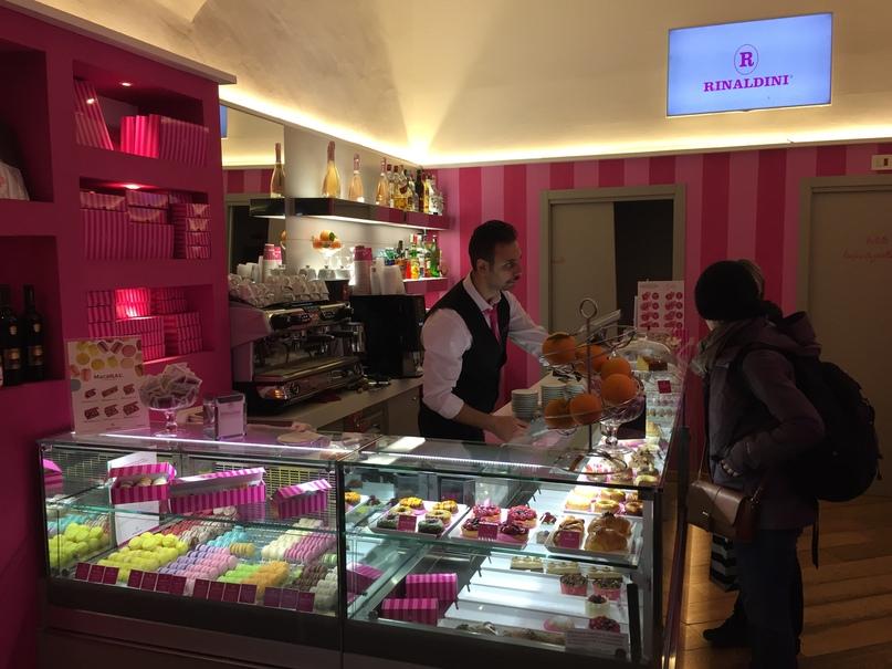 Отчет о путешествии в Италию Пиза и Флоренция. Кафе, где продают макаруны и другие вкусняшки. Интерьер очень красивый, а макаруны вкусные.
