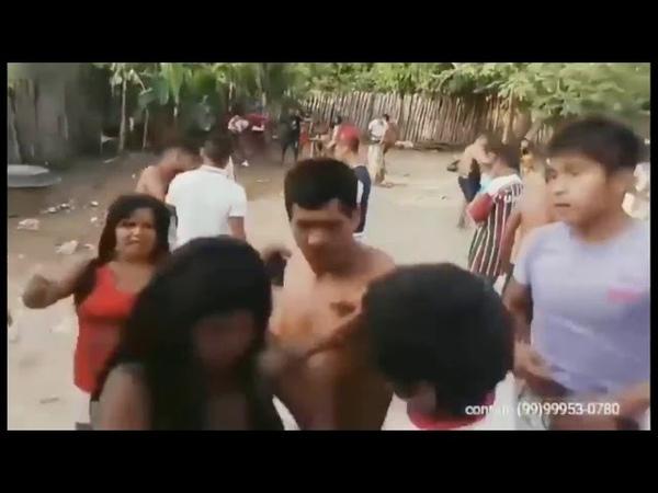 Índios bêbados dançando e brigando ao som de Taylor Swift versão reggae