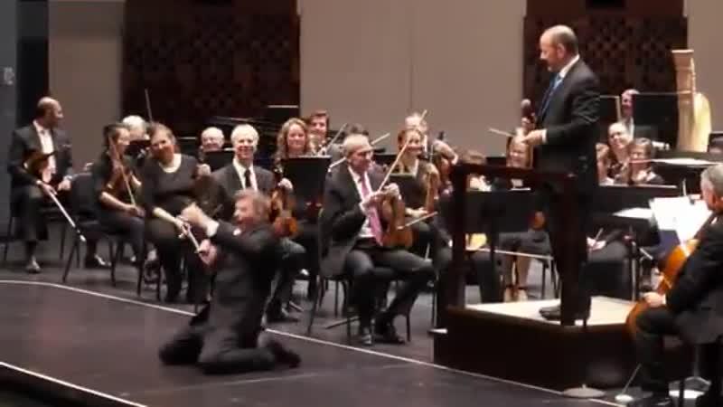 Главный участник оркестра, без него оркестр не оркестр - Мужчина, выполняющий роль в симфо.mp4