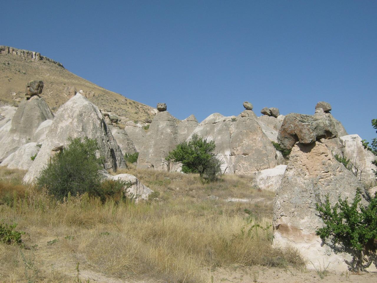столбы со шляпками в Каппадокии