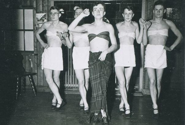 Солдаты нацистской Германии любили краситься и ходить в женской одежде (и даже в лифчиках) Художник Мартин Дамманн намеревался исследовать жизнь солдат нацистской Германии и наткнулся на
