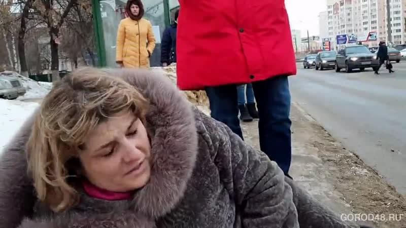 В Липецке маршрутка наехала на женщину на остановке