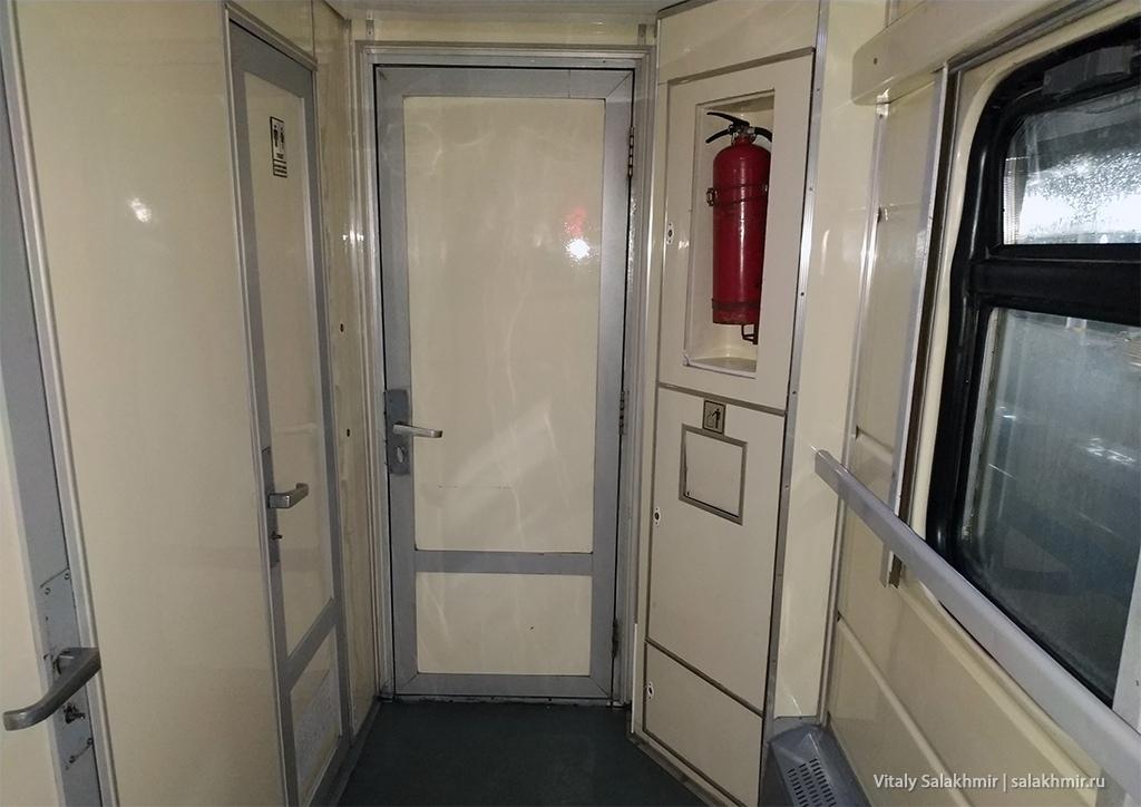 Дверь тамбура, поезд Ташкент-Бухара 2019