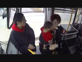 Водитель автобуса спасла маленькую девочку