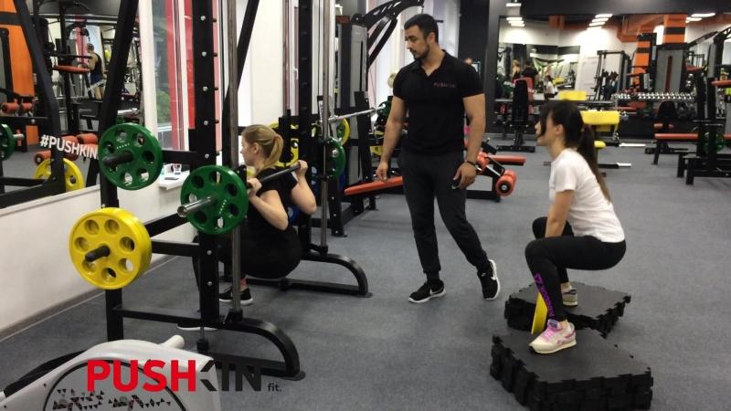 Упражнение от Османа: приседания в Смите приседания плие