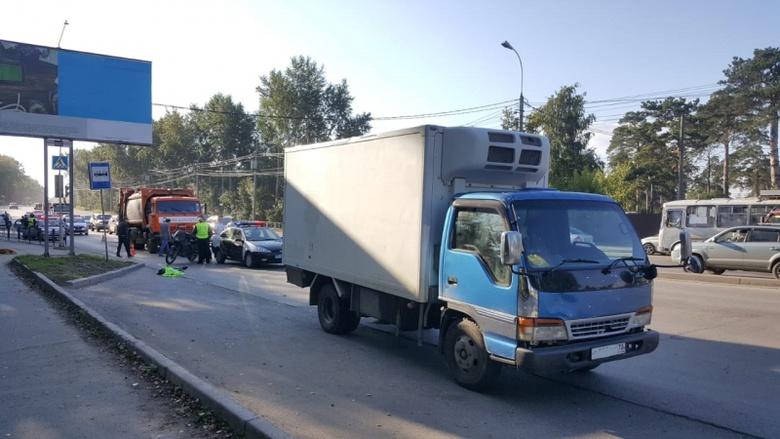 Грузовик после ДТП с мусоровозом насмерть сбил мужчину в Томске