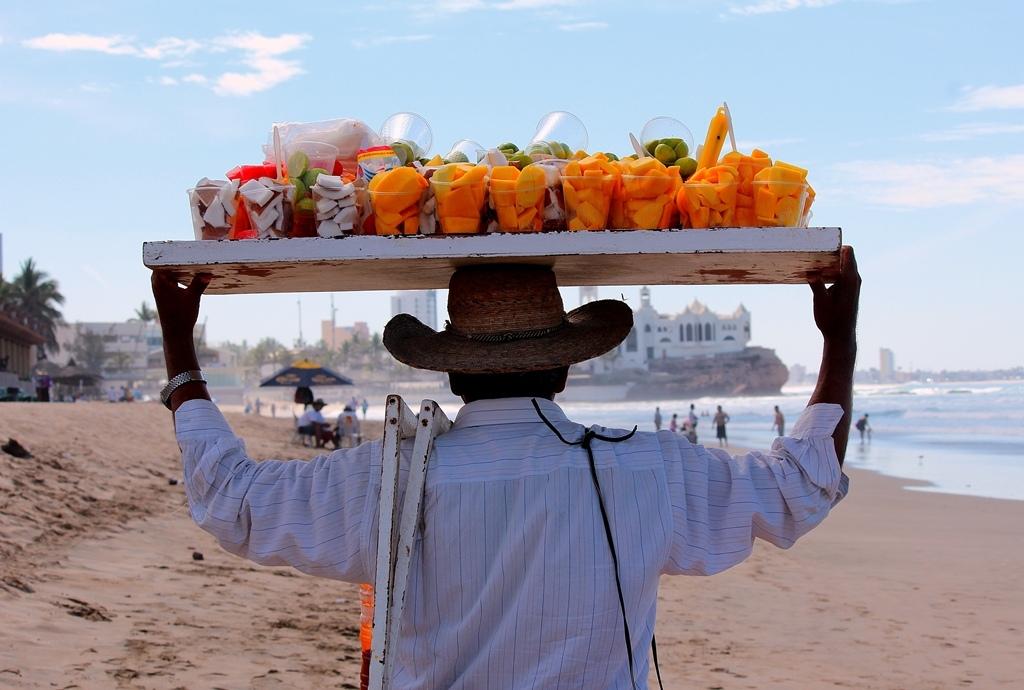 Здоровая мексиканская еда для посиделок на пляже