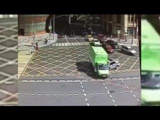 Момент столкновения полицейской машины с