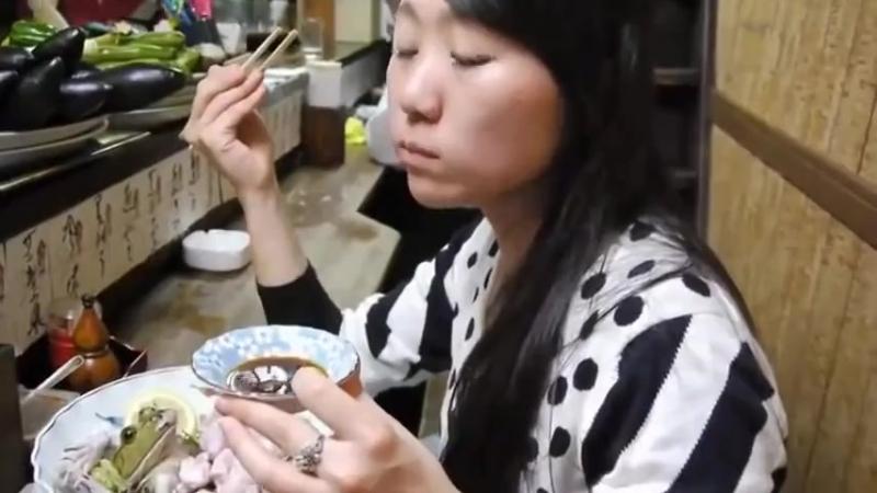 Японцы едят лягушек живьем